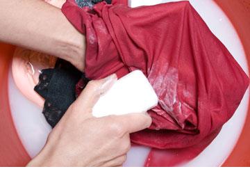 לא להכניס למייבש אם אינכם בטוחים שהסרתם את הכתם לחלוטין (צילום: shutterstock)