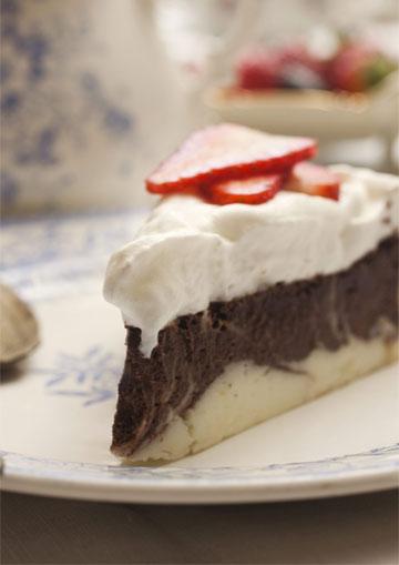 עוגת גבינה, שוקולד וקצפת (צילום: רן גולני, סגנון: נעמה רן)