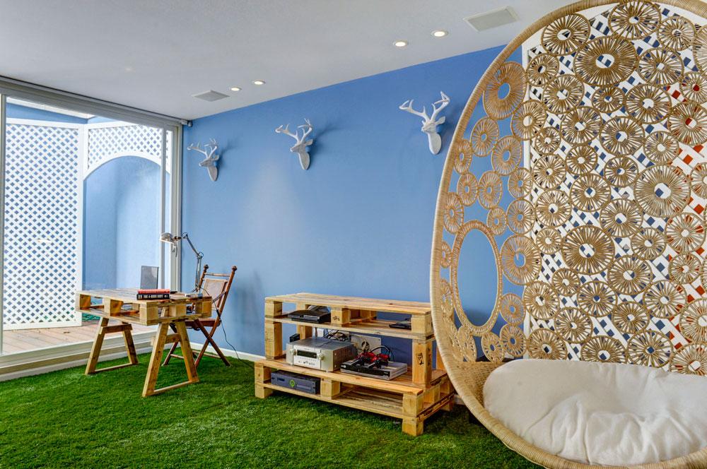 פינות עבודה ומדיה תוכננה בידי המעצבת שני רינג ממשטחי עץ פשוטים לתעשייה (צילום: Hadrien Daudet)