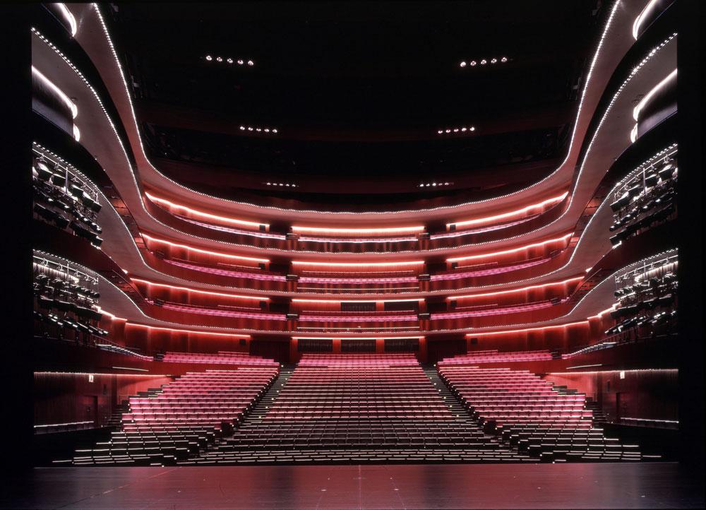 המשכן לאמנויות הבמה במאטסומוטו: פנים (למעלה) וחוץ (למטה) (צילום: Hiroshi Ueda)