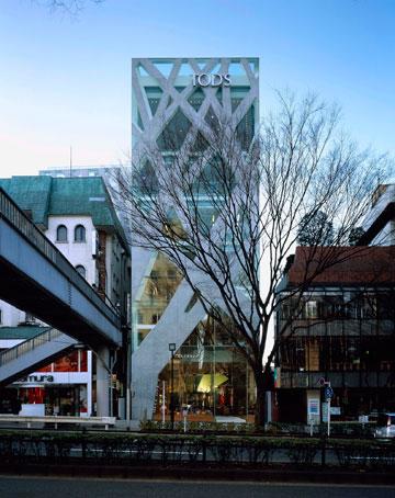 חנות הנעליים Tod's בטוקיו. חזית המורכבת מזרועות בטון בזוויות ובעוביים שונים, שמעניקים תחושה שהבניין הוא יצור צומח (צילום: Nacasa & Partners Inc)