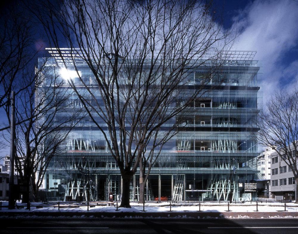 העבודה הידועה ביותר של איטו היא המדיטק בעיר היפנית סנדאי. קובייה שקופה של פלטות שטוחות (הקומות), ובמקום עמודי בטון או פלדה - שלוש תעלות מתפתלות בין הקומות (צילום: Nacasa & Partners Inc)