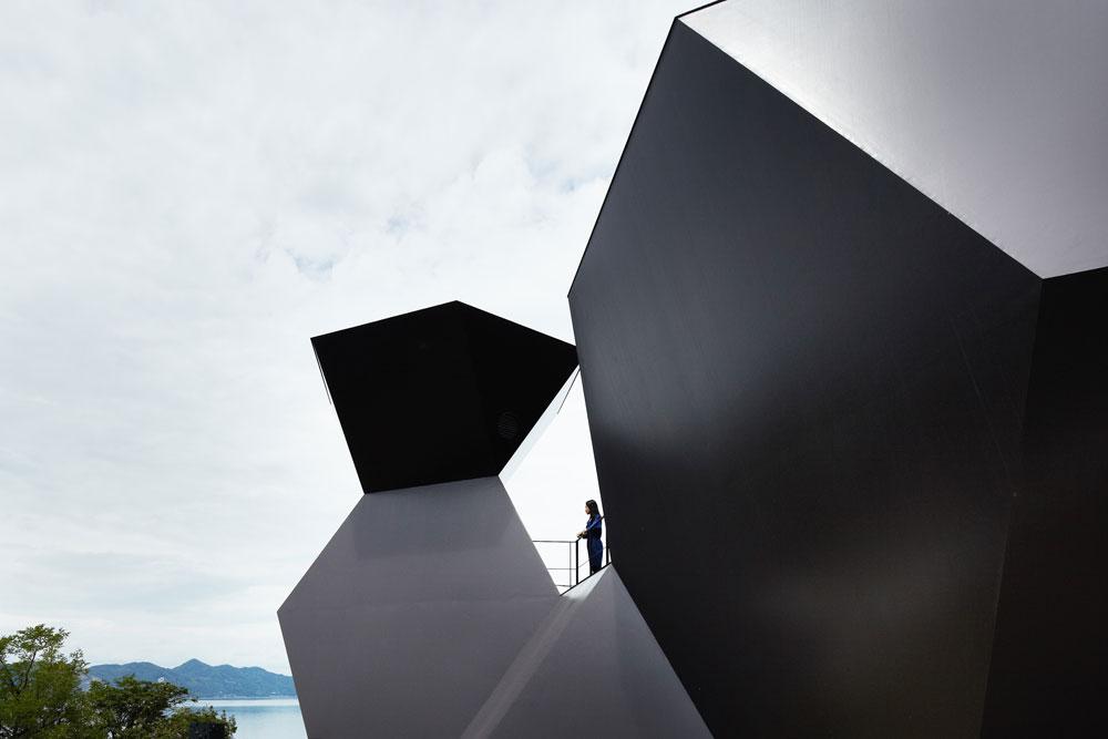 וכמה אדריכלים זכו למוזיאון על שמם בעודם בחיים? האדריכל הוא, כמובן, איטו עצמו. בהשראת הנוף הנשקף מהאתר בו ממוקם המוזיאון, מעוצב המבנה כהפשטה של ספינה העוגנת לצד המזח (צילום: Daici Ano)