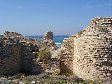 ויש גם עתיקות. מצודת אשדוד ים, השער המזרחי (צילום: דר' אבישי טייכר, מתוך פיקיוויקי)