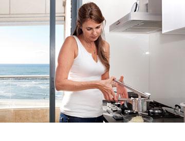 ''במסעדות מגישים את האוכל תוך 20 דקות. אז למה לעמוד שלוש שעות ולבשל?'' (צילום: ענבל מרמרי)