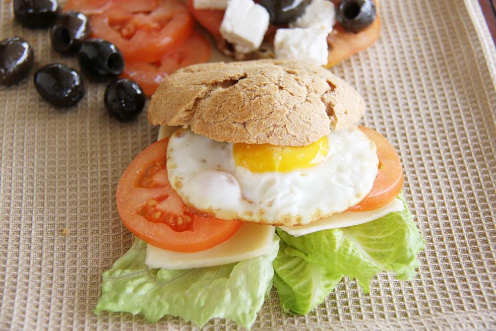 הצעת הגשה: לחמניות לפסח עם ביצה עין, גבינה צהובה וירקות (צילום: אסנת לסטר)
