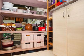 נפטרים מהאבק. אחסון כלים בקופסאות סגורות (צילום: ענבל מרמרי )