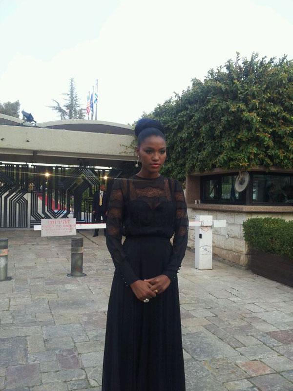 מלכת היופי ברחבת הכניסה לבית הנשיא, הערב