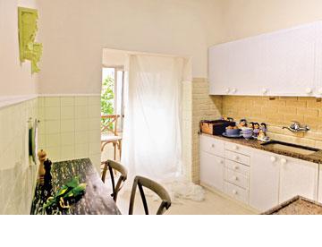 במקום להחליף את ארונות המטבח, ניתן להדביק עליהם טפט (צילום: אבישי פינקלשטיין)