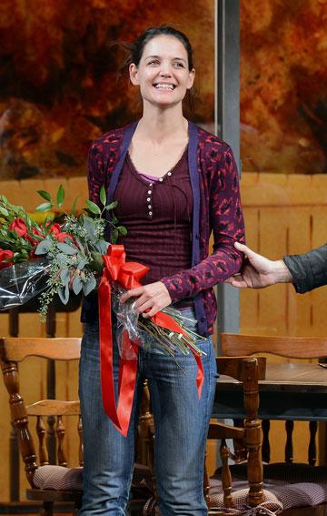 והפרחים לקייטי. קייטי הולמס (צילום: gettyimages)