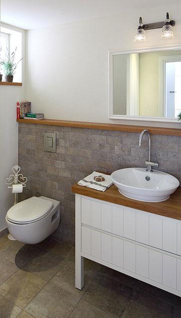 ארון החשמל ''הוכנס'' לשירותי האורחים, מה שאיפשר להגדילם. הקיר חופה באבן אפורה בדוגמת לבנים (צילום: עוזי פורת)