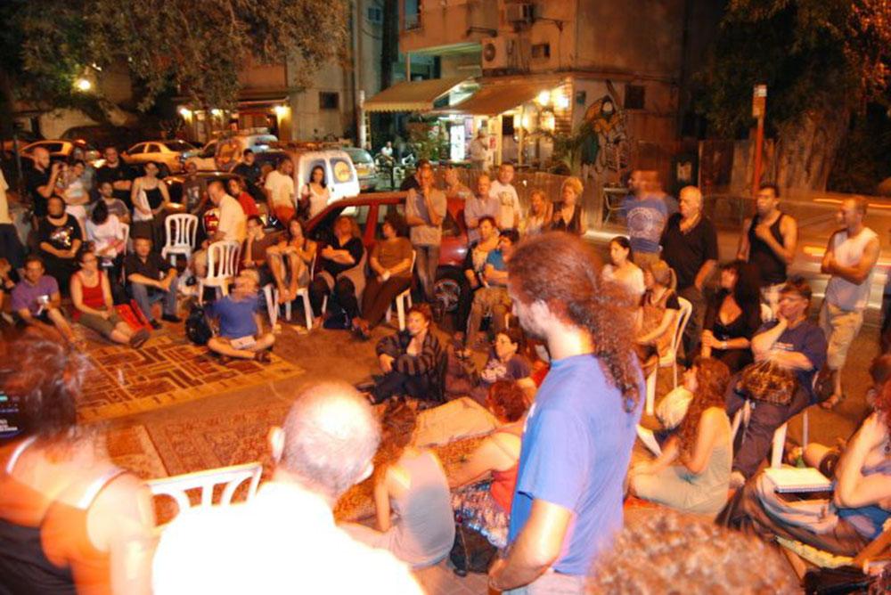 ישיבה ודיון ציבורי של תושבי השכונה, ברחוב מסדה. אנשים יצירתיים, שמנסים לאחד כוחות כדי לחולל שינוי (צילום: ועד הדר לכולנו)