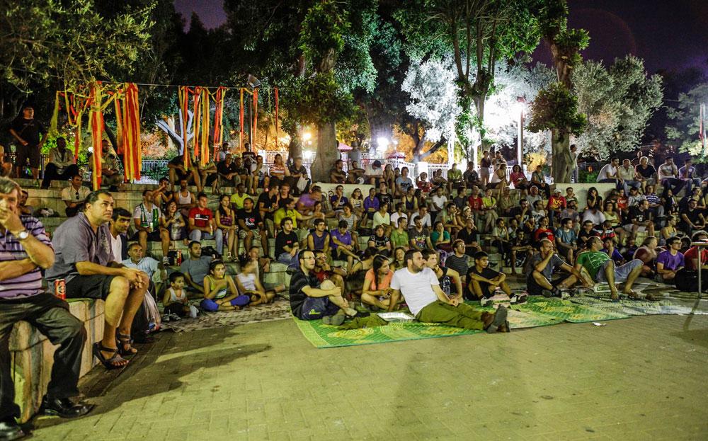 מזל שקבוצות אכפתיות של תושבים החליטו להילחם על עתיד העיר. יש פה חיי קהילה: בקיץ שעבר התאספו התושבים בגן בנימין,  וצפו יחד בגמר היורו-ליג, שהוקרן על מסך ענק (צילום: אייל לבקוביץ' )