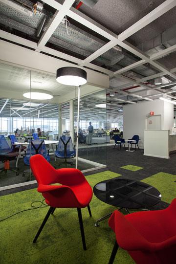 מקום מפגש. מגוון של מרחבי עבודה וישיבות (צילום: טל ניסים)