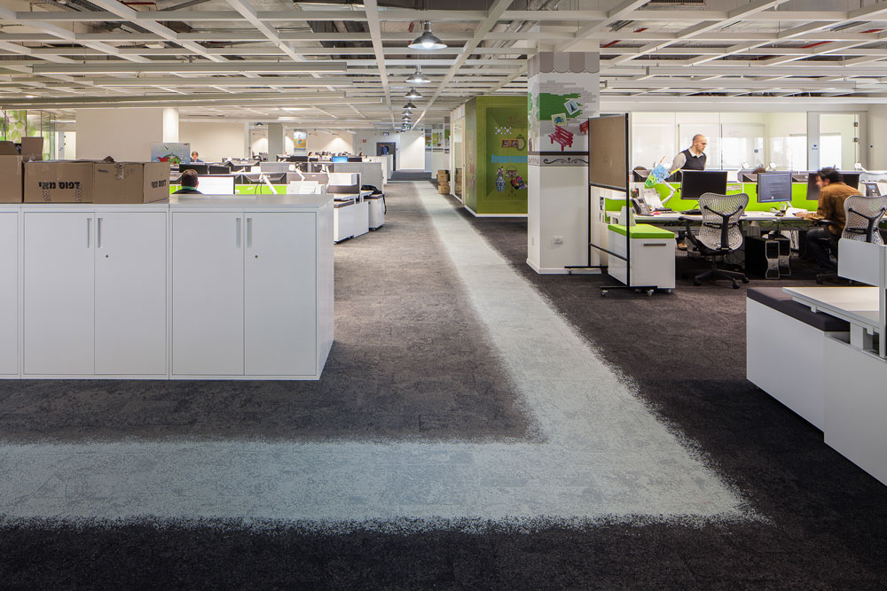 האולם גדול ופתוח. החלוקה מתבצעת באמצעות עיצוב השטיח, הריהוט והתאורה (צילום: טל ניסים)