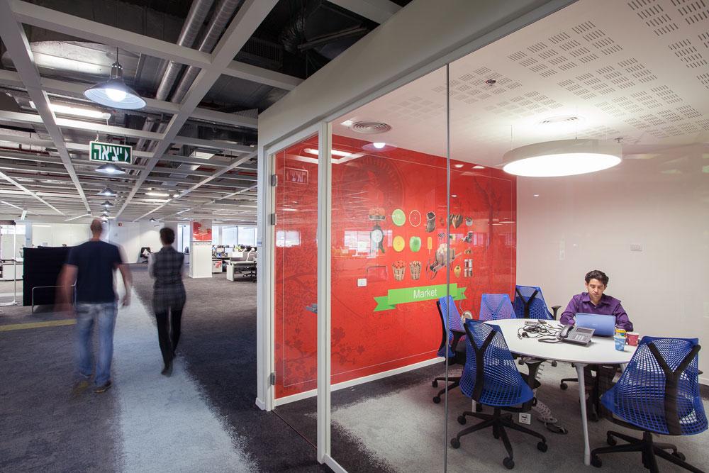 חדר ישיבות נועד גם לשמש כחדר עבודה. שבוע בלבד לאחר המעבר, העובדים מסתגלים במהירות מרשימה לבניין (צילום: טל ניסים)