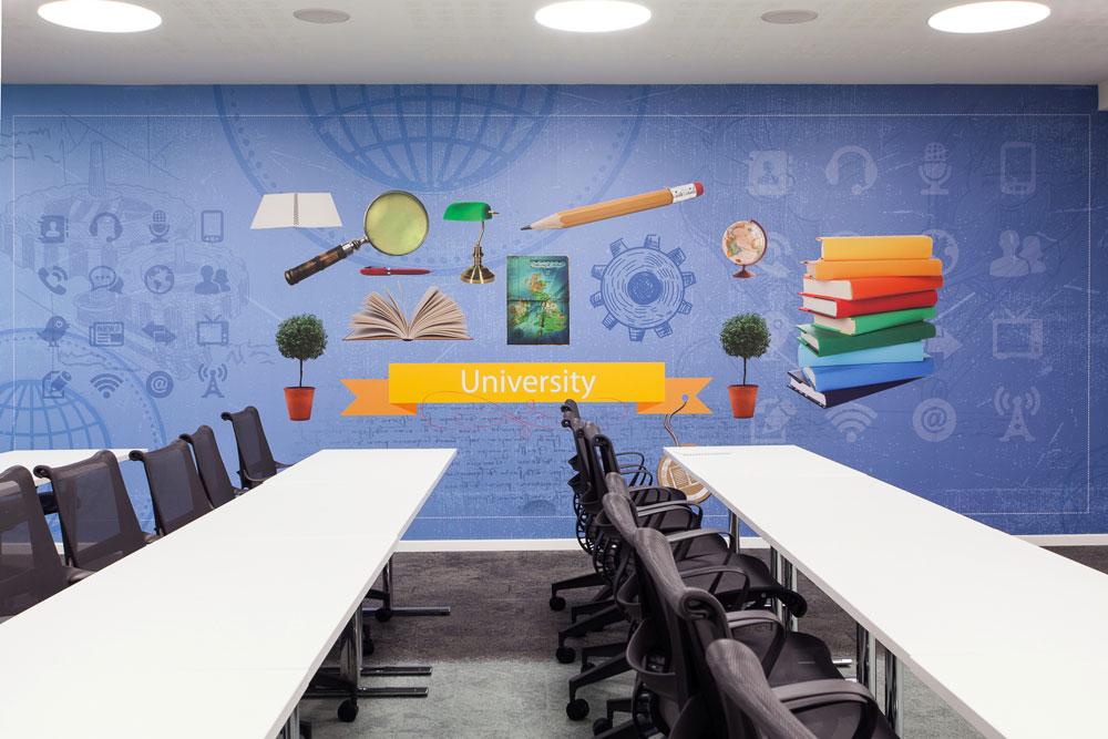 חדר הדרכה. ברקע: אייקונים שמייצגים את תכני הפעילות בחדר (צילום: טל ניסים)