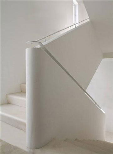 המדרגות בבית התלת קומתי עוצבו בסגנון הבינלאומי (צילום: עמית גרון)