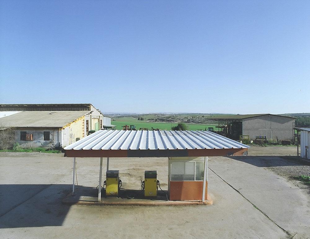 מעטות כאלה נשארו: תחנת דלק בקיבוץ גלאון מזכירה שהשימוש הבסיסי הוא, פשוט, לתדלק רכב. למטה: פרסומות היסטוריות (צילום: שי שאול)