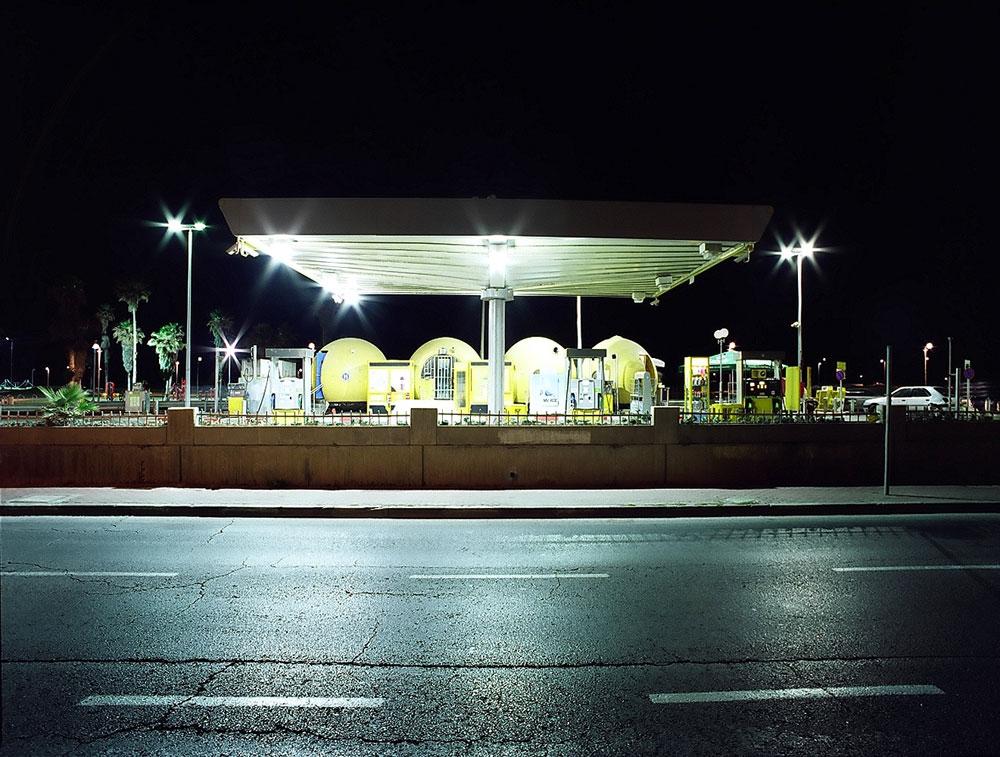 תחנת ''הכדורים הצהובים'' בטיילת של ת''א תוכננה בהשראת תפוזי יפו. אלא שהיא לא הושלמה מעולם, ובימים אלה פועלים לשדרג אותה (צילום: שי שאול)