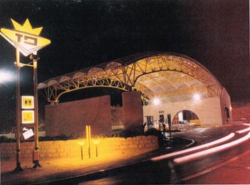 הלוגו הישן של ''פז'' מתנוסס מעל התחנה בגילה, אז בתכנונו של פסקואל ברויד (צילום: איזי ברויד)