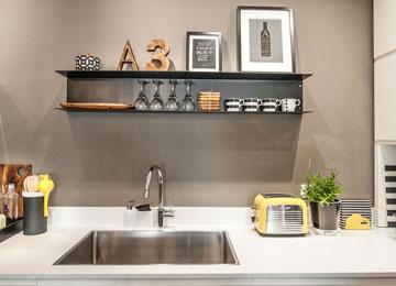 במטבח מדף דקורטיבי מפח שחור (צילום: גלעד רדט)