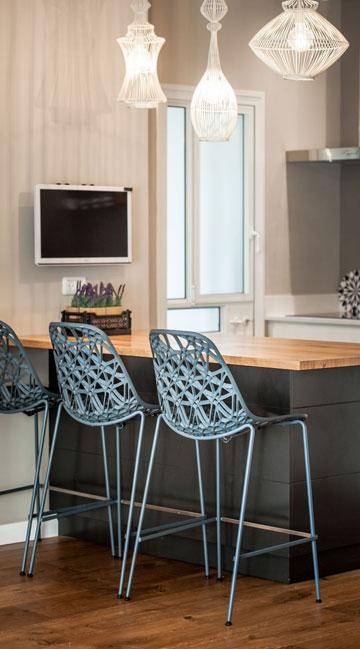 ה''אי'' במטבח. מנורות ''כלובים'' וכסאות מחוררים (צילום: גלעד רדט)