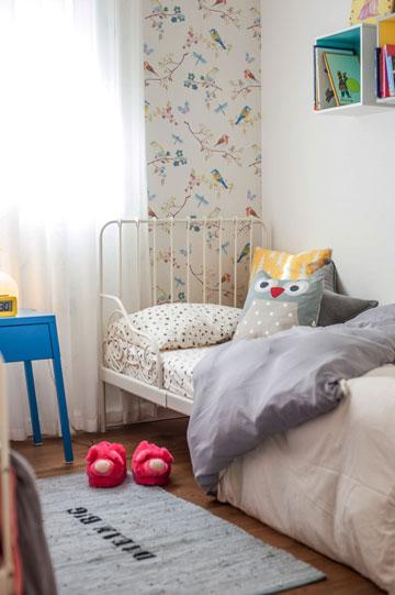 מיטות ברזל וטפט ציפורים בחדר השינה של הילדות (צילום: גלעד רדט)