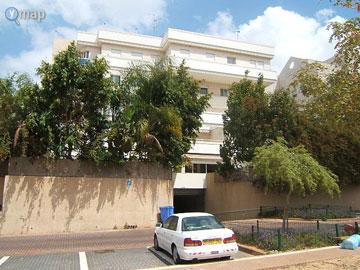 הבניין בשיכון דן. בנייה אופיינית לשנות ה-90 (צילום: ymap)