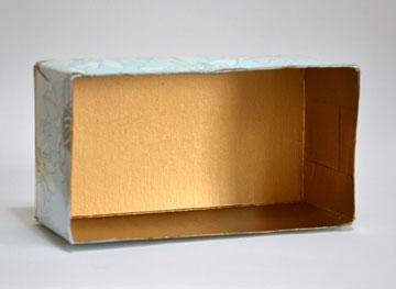 גוזרים את הקצוות העליונים של הקופסה  (צילום: מור יעקובינסקי כץ)