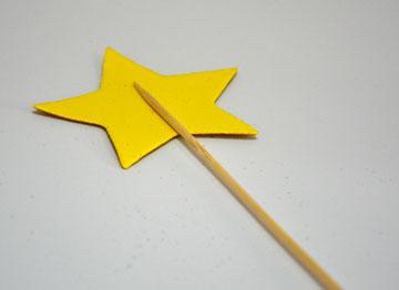 מדביקים כוכב מסול על שיפוד (צילום: מור יעקובינסקי כץ)