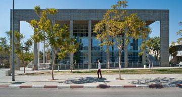 בניין בתכנונו של אלכס מייטליס. חריגה חומרים מההאחדה הנוקשה (צילום: עמרי אמסלם )