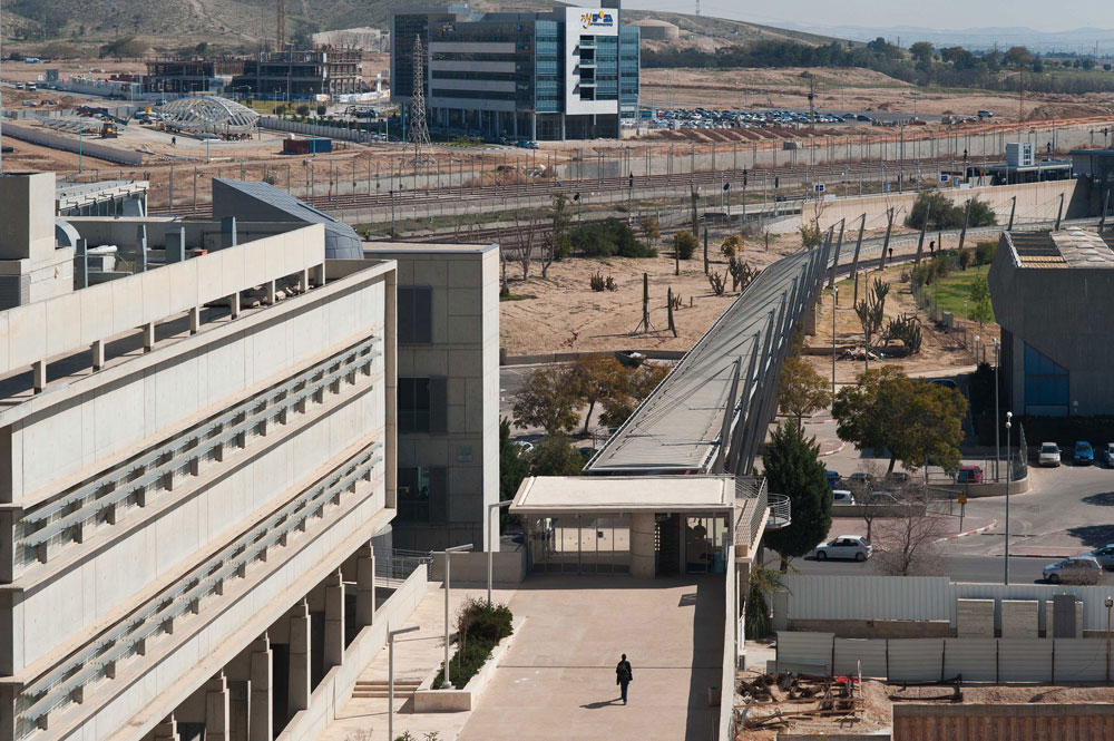 מצב קיים: הקמפוס מחובר בגשר לתחנת הרכבת האוניברסיטאית, והסטודנטים עוזבים בכל יום חמישי בצהריים בלי להיכנס לעיר. מאחור: פארק ההייטק הנבנה (צילום: עמרי אמסלם )