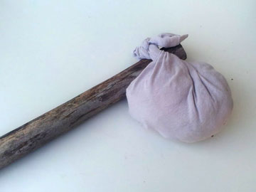 שק אוכל משאריות של חולצה וענף עץ (צילום: ענבל עופר)