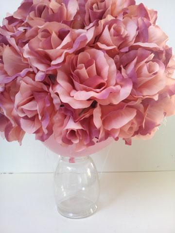 מדביקים את הפרחים על גרביון המתוח על בלון מנופח (צילום: ענבל עופר)