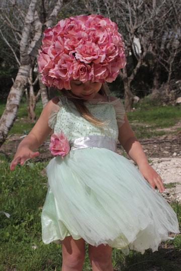 מלכת הוורדים עם כובע עשוי פרחים ושמלה לבנה שקיימת כבר בארון (צילום: ענבל עופר)
