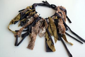 שרשרת לצוואר עשויה מאריות בדים בצבעים תואמים (צילום: ענבל עופר)