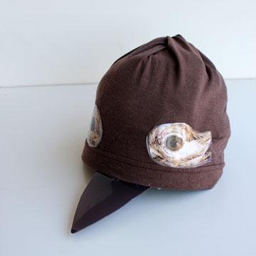 ראש העפרוני עשוי מכובע ישן. המצחייה נזרה לצורת מקור ועל הכובע הודבקו עיניים  (צילום: ענבל עופר)