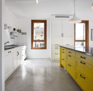 מטבח בלבן וצהוב (צילום: עדי גלעד)