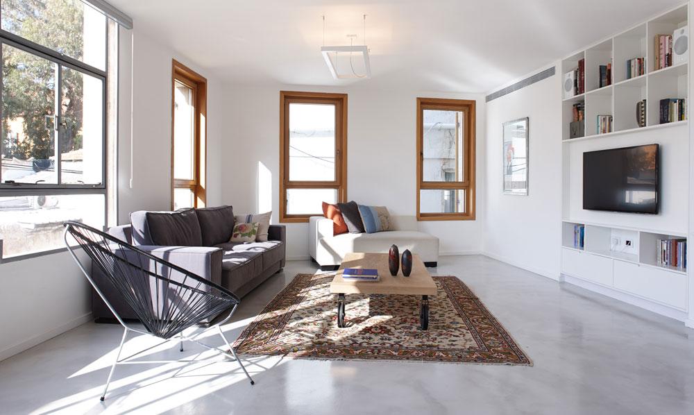 הדירה רוהטה מחדש, בעיקר ברהיטים שנקנו בחנויות בדרום תל אביב ובשוק הפשפשים (צילום: עדי גלעד)