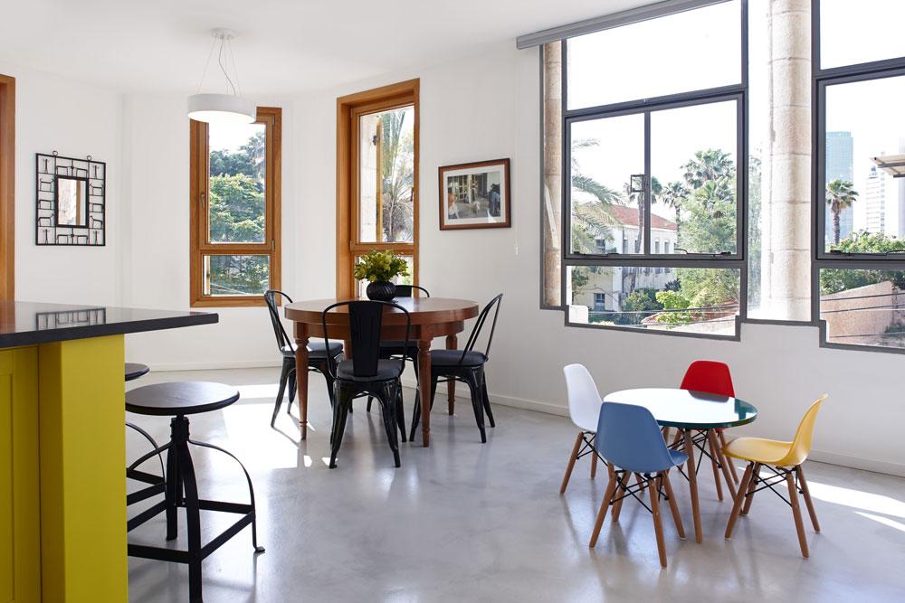 דרך החלונות הגדולים נשקף הנוף הציורי של השכונה. בעלי הבית קנו את הדירה לפני כשנתיים, ולקראת לידת בתם השנייה ביקשו לעצב אותה מחדש (צילום: עדי גלעד)