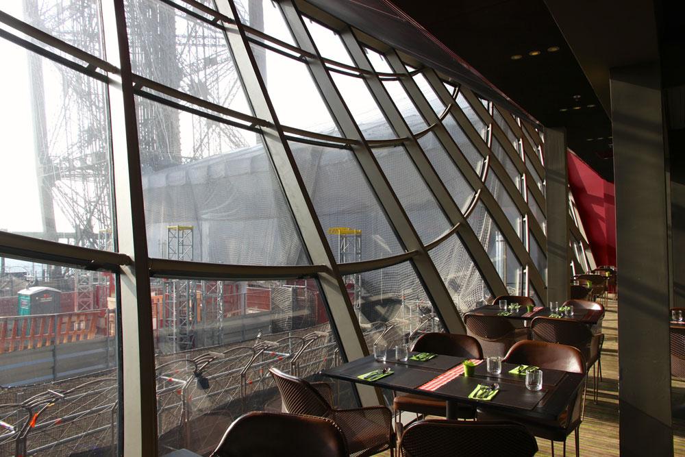 המסעדה בקומה הראשונה שופצה לפני 4 שנים, ולכן זכתה כעת לשיפוץ מינורי. המרפסת הגדולה, לעומת זאת, כוללת כעת רצפת זכוכית עם מבט מרהיב (או מפחיד) למטה (באדיבות Moatti-Rivière architectes)