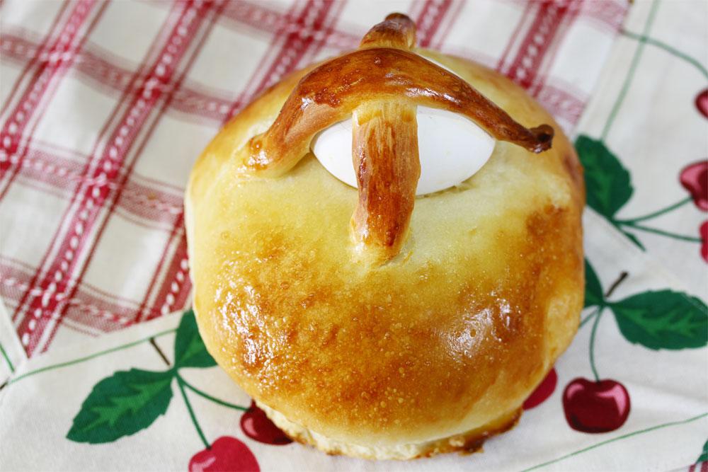 אל תשכחו שלהמן היו גם עיניים. לחם פורים מרוקאי עם ביצים קשות (צילום: אסנת לסטר)