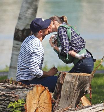 בנשיקה חטופה עם הבעל, שחקן הפוטבול ההורס טום בריידי  (צילום: splashnews/asap creative)