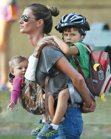 כל העולם על הכתפיים שלה. ג'יזל והילדים (צילום: splashnews/asap creative)