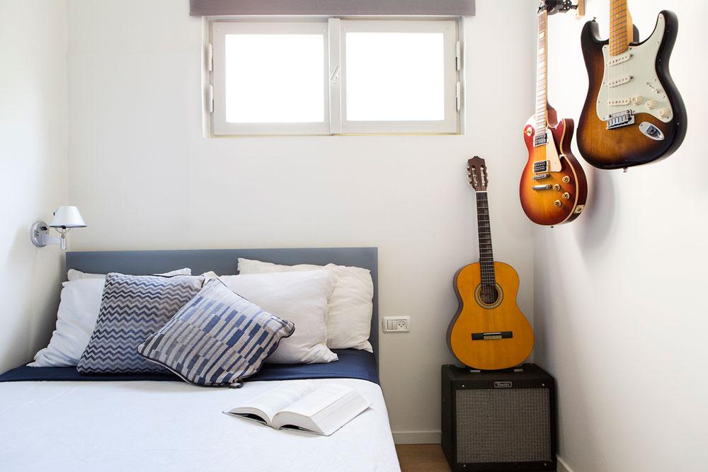 חדרו של הבן יהפוך בגלגול הבא של הדירה לחדר עבודה (צילום: איתי בנית)