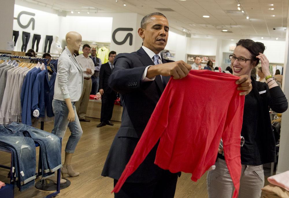 זה במבצע? ברק אובמה עושה קניות בגאפ (צילום: gettyimages)