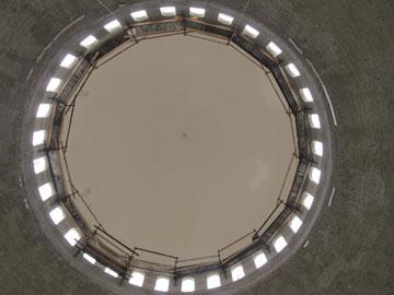 מבט מרצפת אולם התפילה לכיוון התקרה (צילום: מיכאל יעקובסון)