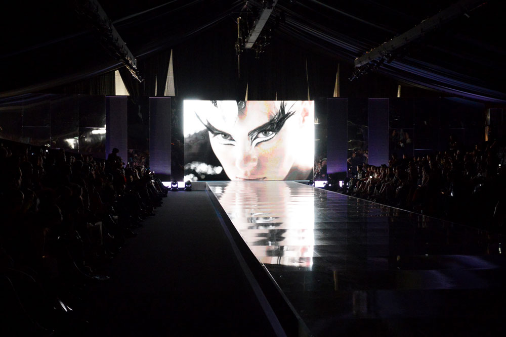 סרטון הפרסומת לקניון האופנה העתידי. שמות של רשתות ענק התחלפו על המסך על רקע מוזיקה קצבית, ושום מילה אודות המעצבים הישראלים, לכאורה גיבורי האירוע כולו  (צילום: יובל אצילי)