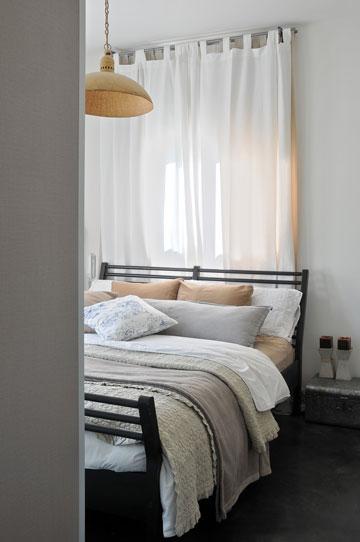 6: כדאי להימנע מתאורת תקרה מרכזית כבדה מדי. חדר שינה בעיצוב סטודיו רפלקטורה. צילום: שי אדם